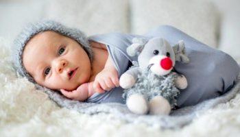 У новорождённого жидкий стул: причины и лечение