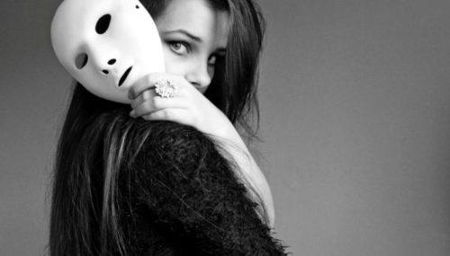 devushka s maskoj