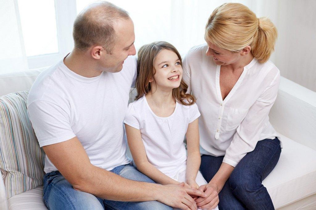 Родители разговаривают с дочерью