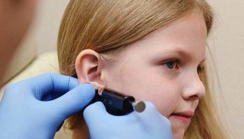 Опасно ли прокалывать уши ребенку: когда лучше это делать?