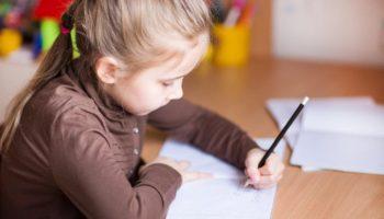 Правильное воспитание ребёнка-левши: 7 советов родителям