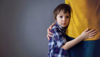 О застенчивых малышах: как научить ребёнка быть общительным